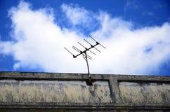 Antenne en blauwe hemel Stock Afbeelding