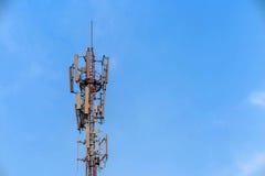 Antenne en telecommunicatietoren in blauwe hemel Royalty-vrije Stock Foto