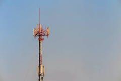 Antenne en telecommunicatietoren in blauwe hemel Stock Afbeeldingen
