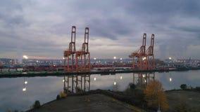 Antenne erhöhen oben über dem internationalen Hafen von Tacoma-Wasserstraße und -kränen stock video