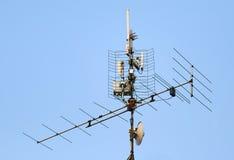 Antenne et émetteur de Wi-Fi sur le toit Photo stock