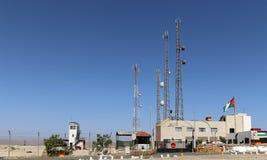 Antenne et équipement de télécommunication sur la côte morte chez la Jordanie Images stock
