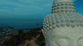Antenne: Fliegen nahe großem Buddha-` s Gesicht stock footage