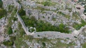 Antenne: Flug über einer mittelalterlichen Festung stock video