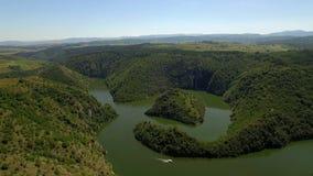 Antenne: Flug in Richtung zum Inselhügel im schönen See Uvac, Serbien stock video