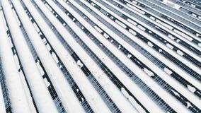 ANTENNE: Foto-voltaisch im Winter umfasst mit Schnee Sonnenkollektoren unter den Schneeantrieben, umfasst mit Schnee alternative stock video