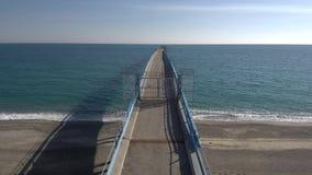 Antenne het geschotene bewegen zich over pijler op de Middellandse Zee stock video