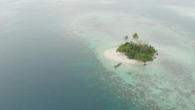 Antenne: het vliegen over tropisch overzees van het eiland wit strand Caraïbisch turkoois waterkoraalrif De eilanden van Indonesi stock footage