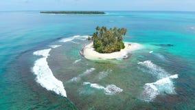 Antenne: het vliegen over tropisch overzees van het eiland wit strand Caraïbisch turkoois waterkoraalrif De eilanden van Indonesi stock videobeelden