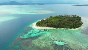 Antenne: het vliegen over tropisch overzees van het eiland wit strand Caraïbisch turkoois waterkoraalrif De eilanden van Indonesi stock video