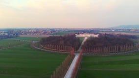 Antenne: hierboven vliegend over het platteland van Turijn, wegmeetkunde van, zonsonderganglicht, Piemonte, Italië stock videobeelden