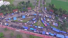Antenne/hommelmening van de wekelijkse kruidenierswinkelmarkt in Indonesië stock videobeelden