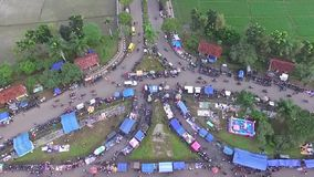 Antenne/hommelmening van de wekelijkse kruidenierswinkelmarkt in Indonesië stock footage