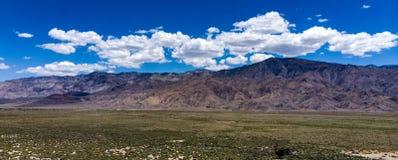 Antenne, hommelmening van witte wolken over sneeuw afgedekte Oostelijke Siërra Nevada Mountains stock afbeelding