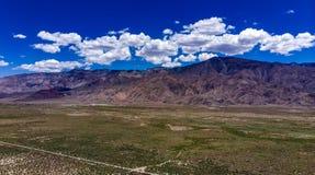 Antenne, hommelmening van witte wolken over sneeuw afgedekte Oostelijke Siërra Nevada Mountains stock afbeeldingen