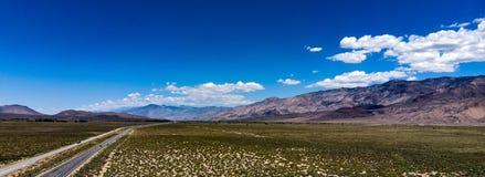 Antenne, hommelmening van witte wolken over sneeuw afgedekte Oostelijke Siërra Nevada Mountains stock foto's