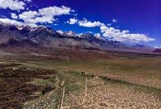 Antenne, hommelmening van witte wolken over sneeuw afgedekte Oostelijke Siërra Nevada Mountains royalty-vrije stock afbeeldingen