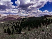 Antenne, hommelmening van witte wolken over sneeuw afgedekte Oostelijke Siërra Nevada Mountains stock foto