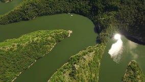 Antenne: Kameraneigung, die unten auf Herz von Uvac See meandre, Serbien zeigt stock video