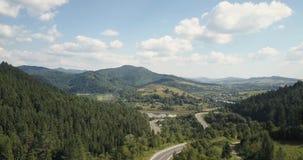 Antenne, Karpaten-Berge Blauer ukrainischer Himmel mit Regenwolken stock video