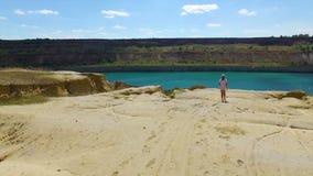 Antenne : la fille a trouvé un lac dans le désert banque de vidéos