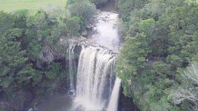 Antenne, langsame Fliege des Wasserfalls über 4k stock video footage