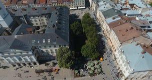 Antenne: mening van centrale zaal en toren van Lviv, de Oekraïne stock videobeelden