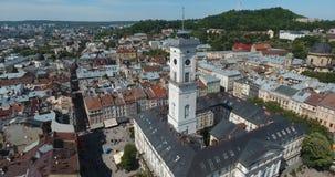 Antenne: mening van centrale zaal en toren van Lviv, de Oekraïne stock footage