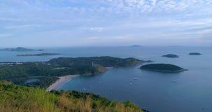 Antenne: Mening van de rand die het overzees, de eilanden en de schepen in de baai overzien stock videobeelden