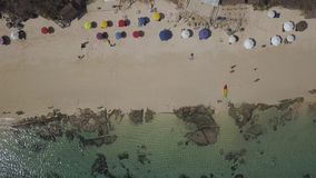 Antenne, mensen en colorfull paraplu in het strand stock footage