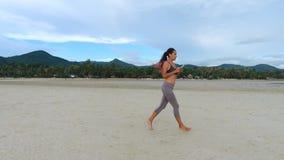 Antenne: Mischrasse-Mädchen-Läufer, der auf schönem Sandy Beach rüttelt KOH Phangan, Thailand HD slowmotion stock video footage