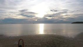 Antenne: Mischrasse-Mädchen-Läufer, der auf Strand bei Sonnenuntergang rüttelt KOH Phangan, Thailand HD slowmotion stock video footage