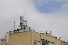 Antenne mobile dans le toit d'un bâtiment Photos stock