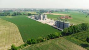 Antenne: moderne Industrieanlage für die Landwirtschaftserzeugnisverarbeitung und Lagerung, Getreidemaiskornweizen-Erntefelder stock video