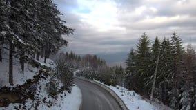 Antenne : Mouche au-dessus de route de montagne de neige banque de vidéos