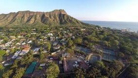 Antenne naar Diamond Head in Honolulu, Hawaï stock footage
