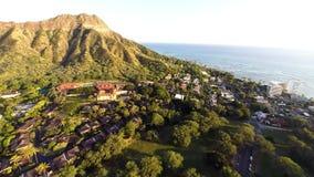 Antenne naar Diamond Head in Honolulu, Hawaï stock video