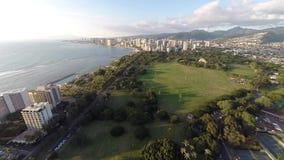 Antenne naar Waikiki in Honolulu, Hawaï stock video