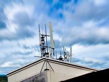 Antenne par radio de réception installée sur un haut toit Photos stock
