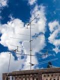 Antenne par radio de réception installée sur un haut toit Isola abstrait Photos libres de droits