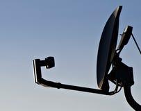Antenne parabolique à la maison en ciel bleu vide Images stock