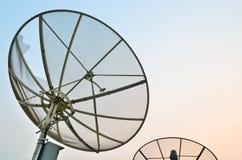 Antenne parabolique au crépuscule photographie stock