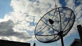 Antenne parabolique avec Cloudscape Laps de temps banque de vidéos