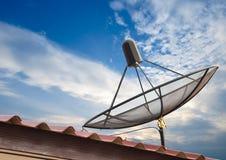 Antenne parabolique avec le ciel bleu image libre de droits