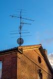 Antenne parabolique contre la vieille antenne Image stock