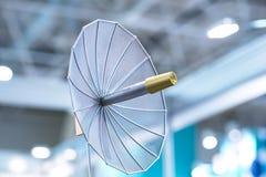Antenne parabolique dans le bâtiment photo stock