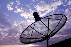 Antenne parabolique dans le lever de soleil Photographie stock libre de droits