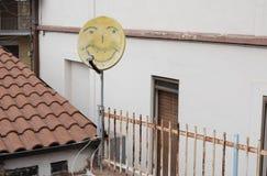 Antenne parabolique dessinée par sourire photos stock