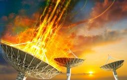 Antenne parabolique recevant le signal de données pour la communication photos stock