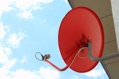 Antenne parabolique rouge Photographie stock libre de droits